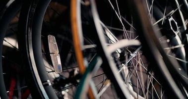 Primer plano de ruedas y radios de bicicleta video