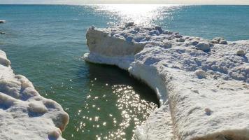 gli iceberg si formano lungo la spumeggiante costa invernale del lago Michigan