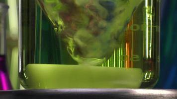 agitatore magnetico al lavoro con becher liquido giallo video