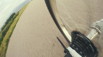 Imágenes de 4k: engranajes de transmisión de bicicleta con momento de trabajo de la cadena durante la carrera