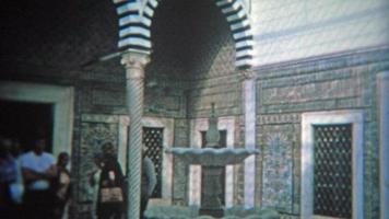 rabat, marruecos 1972: interior de azulejos azules de un sitio turístico de mezquita marroquí. video