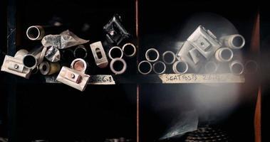 tubos de metal e componentes cuidadosamente armazenados em uma oficina video