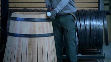 Herstellung von Weinfässern-Bordeaux-Weinberg video