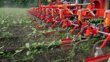 mecanismo agrícola corta as ervas daninhas. a câmera se move ao longo do mecanismo