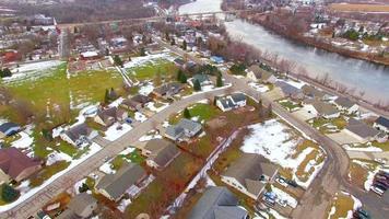 veduta aerea della cittadina usa, quartieri, fiume panoramico, primavera