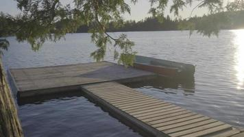 barca da pesca su un piccolo lago canadese in ontario rilassanti vacanze estive