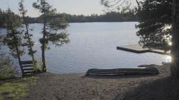 barco de pesca em um pequeno lago canadense em Ontário, férias relaxantes de verão