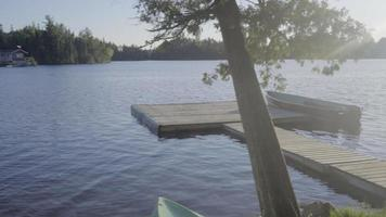 Bateau de pêche sur un petit lac canadien en ontario vacances d'été relaxantes