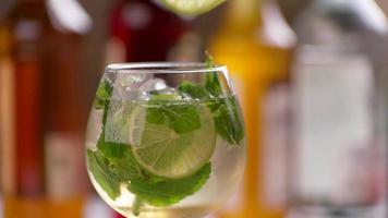 le pinze mettono il lime nella bevanda. video