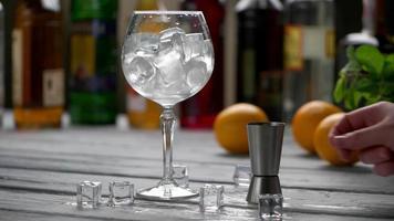 bicchiere pieno di cubetti di ghiaccio. video