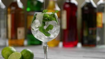 Flasche gießt Getränk in Glas.