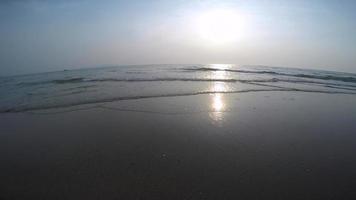 tramonto sull'oceano con onde dolci utilizzando un obiettivo grandangolare. video