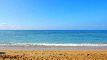 tropische strandhorizon, wit zand en blauw oceaanwater