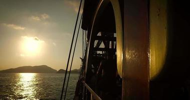 ver a través del costado de un barco al atardecer