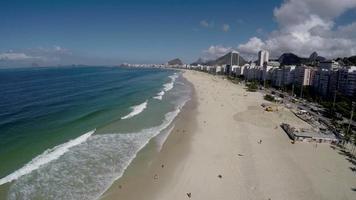 vista aérea de copacabana, famosa praia do rio de janeiro, brasil video
