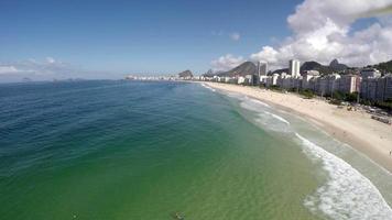 vista aerea di copacabana, famosa spiaggia di rio de janeiro, brasile