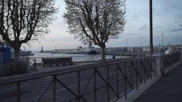 Schiff im Hafen an einem Liegeplatz. Hafen bei Sonnenaufgang mit Yacht