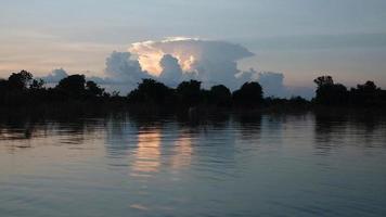 barca durante un giro su un lago con formazione di nuvole contro il tramonto