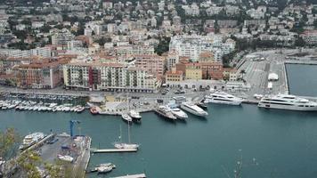 Europäische Stadtansicht mit Gebäuden und Yachthafen mit Yachten und Booten video