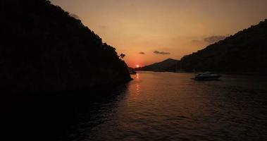 puesta de sol sobre promontorio costero video