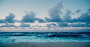 hermosa playa al atardecer