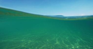 hermoso océano arriba y abajo vista dividida