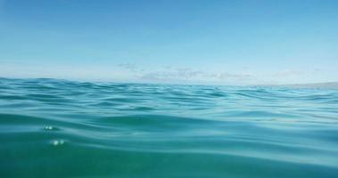 wunderschöner Ozean oben und Balg geteilte Ansicht video