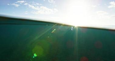 vista dividida do pôr do sol subaquático do oceano