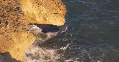 olas de la costa del mar mediterráneo vista 4k españa