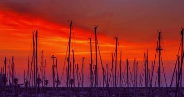 Yachthafen bei Sonnenaufgang. Zeitraffer des Yachthafens. roter Himmel über Yachthafen