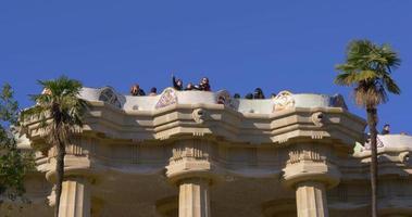 luz del sol barcelona parque guell turista gaudi balcón 4k españa