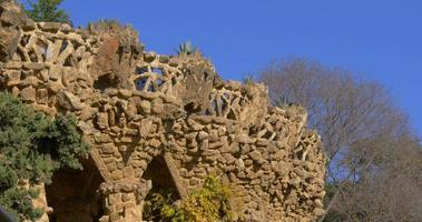 parco guell sole luce gaudi turista balcone 4k spagna
