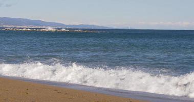 barcelone journée ensoleillée plage vagues vue panoramique sur la ville 4k espagne