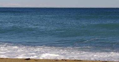 onde di giornata di sole del Mar Mediterraneo 4K spagna