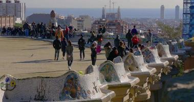 barcelona sonnenlicht guell park tourist überfüllt gaudi balkon 4k spanien