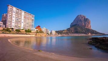 Spagna giornata di sole famosa spiaggia di calpe vista 4K lasso di tempo video