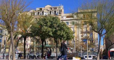 Barcellona giornata di sole passeig joan de borbo walking bay 4k spagna