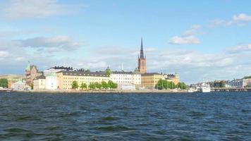 Schiff der öffentlichen Verkehrsmittel fährt in die Altstadt von Stockholm, Schweden