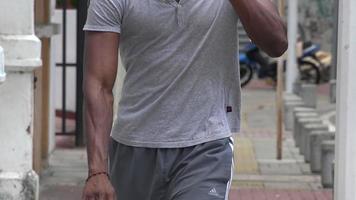 giocatore di basket con bottiglia d'acqua