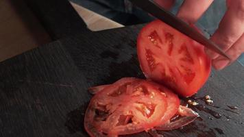 couteau à tomates finement coupé