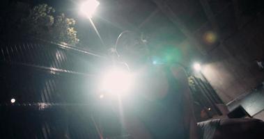 afro-americano che si esercita con il sollevamento pesi una campana bollitore