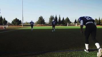 giocatori di football che si riscaldano prima di una partita