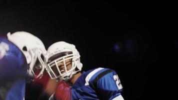 la telecamera gira intorno a due giocatori di football che vengono eccitati prima di una partita