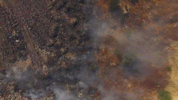 quema de vertedero produciendo humo video