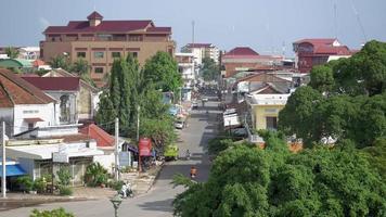 vista sulla strada e tranquilla vita quotidiana nell'area urbana