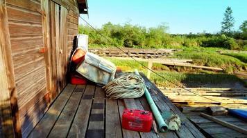 costruzione di comunità di pescatori, corde, taniche di carburante e paludi erbose