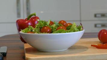 einen frischen Salat zubereiten