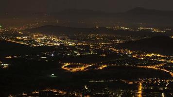 lapso de tiempo de la vida nocturna en la ciudad rodeada de montañas