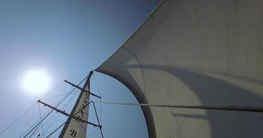 yacht a vela in una giornata di sole video