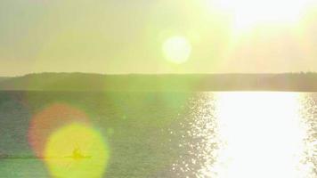 Kajakfahrer fährt über den Sonnenaufgang des Ozeans